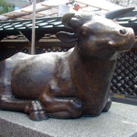 湯島天神に祀られている牛像はなぜ?